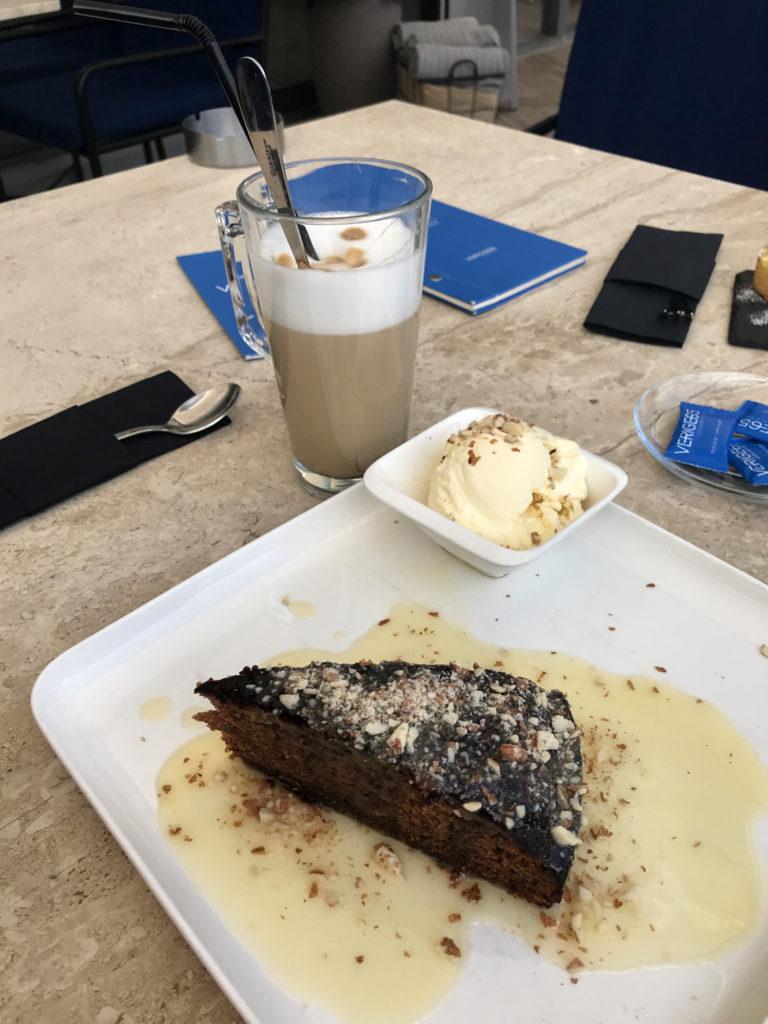 Cafe Verige 65 Dattelkuchen Latte Macchiato Vanillesauce