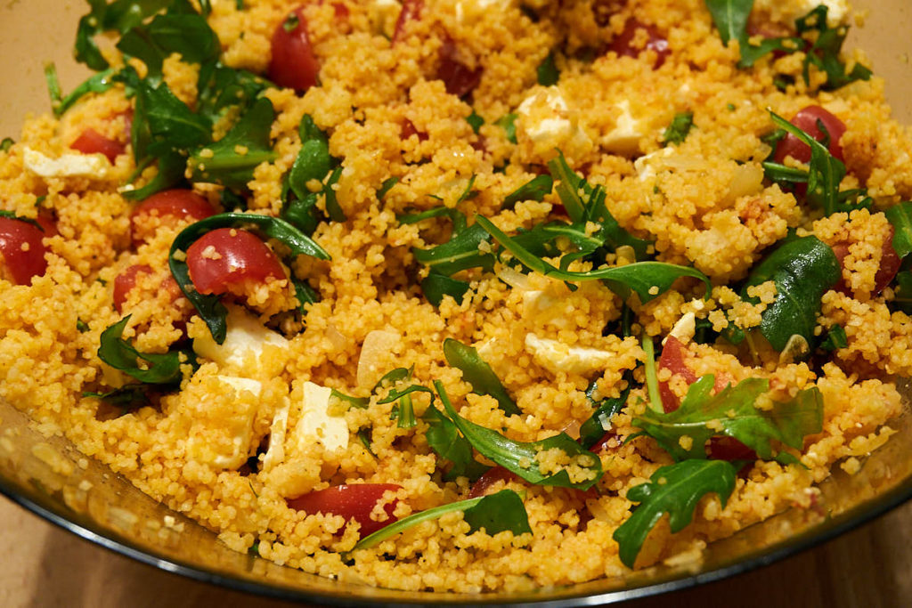 Couscous Salat mit Rucola Tomate und Feta