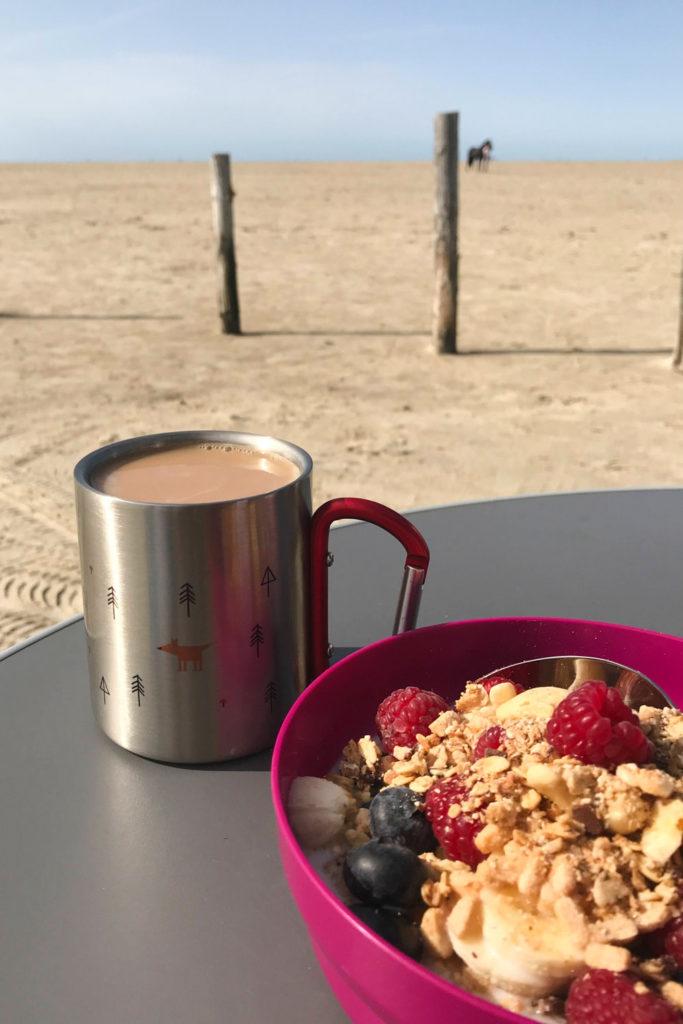 Camper Geschenke Camping Tasse mit Fuchs und Bäumen am Strand