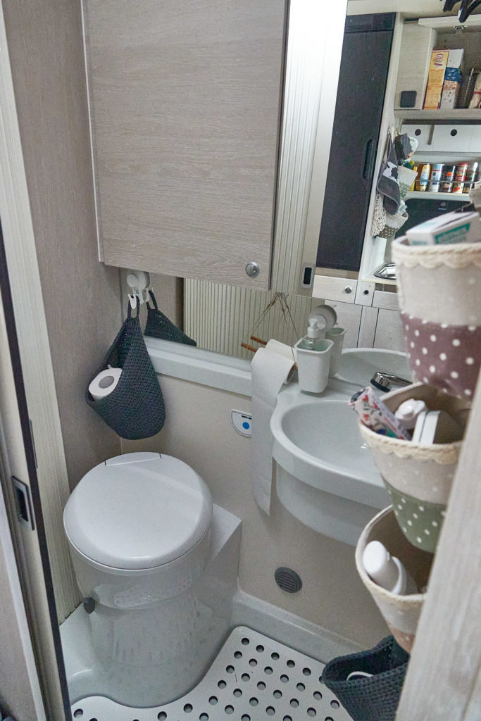 Bad mit Toilette im Peugeot Boxer Camper