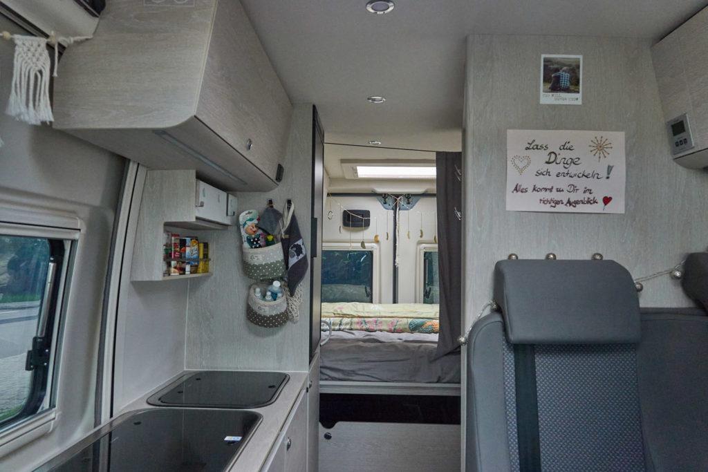 Tourne Wohnmobil Innenansicht Wohnraum und Küche